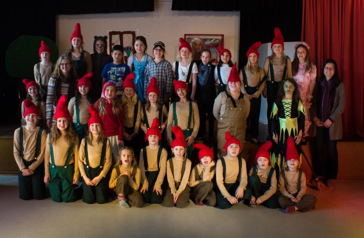 Nach der erfolgreichen Aufführung: Alle Mitspieler haben sich mit Frau Stuckey (links) und Frau Preis für den Fotografen aufgestellt.