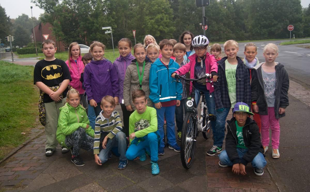 Klasse 4b übt für die Radfahrprüfung.